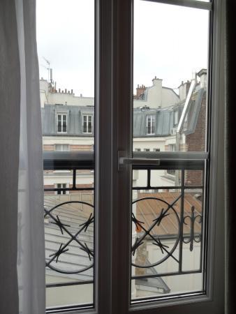 Acacias Etoile Hotel: Window opens to the courtyard