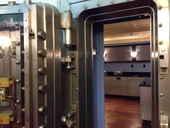 Residence Inn Columbus Downtown: Bank vault breakfast bar