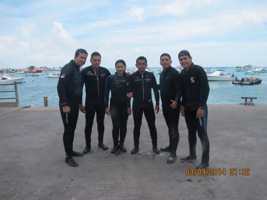 Los Mantas Dive Center: grupo policias