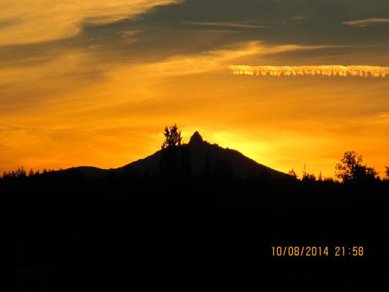 Long Hollow Guest Ranch: Sunset over Sisters