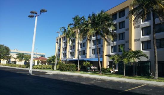 Holiday Inn Express Miami-Hialeah (Miami Lakes): vista sector posterior donde esta piscina