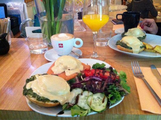 Carmencita Bar : Huevos Benedictinos con espinacas y salmón