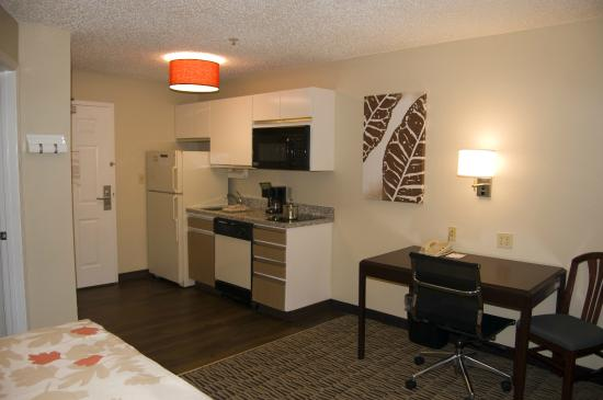 Hawthorn Suites by Wyndham Charlotte/Executive Park: Studio Suite Kitchen