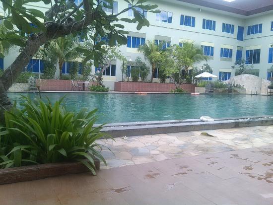 Aston Tanjung Pinang Hotel and Conference Center: Air Kolam Renang yang cukup kotor, berwarna kehijauan