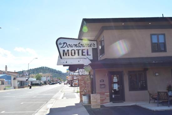 Rodeway Inn & Suites Downtowner-Rte 66 : sign daytime
