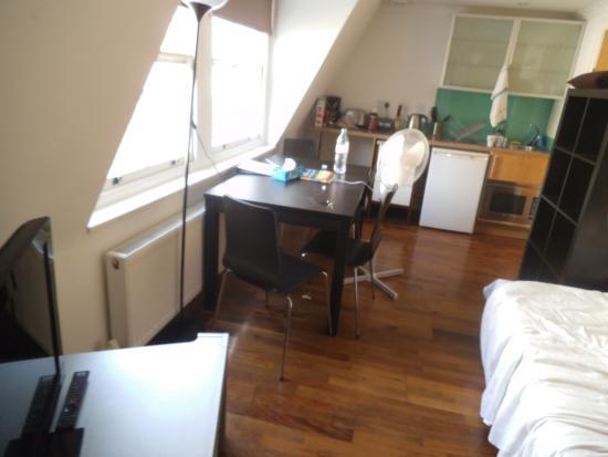 High Street Apartments: main room