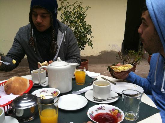 Hostal Quipu Cusco: Enjoying the breakfast!