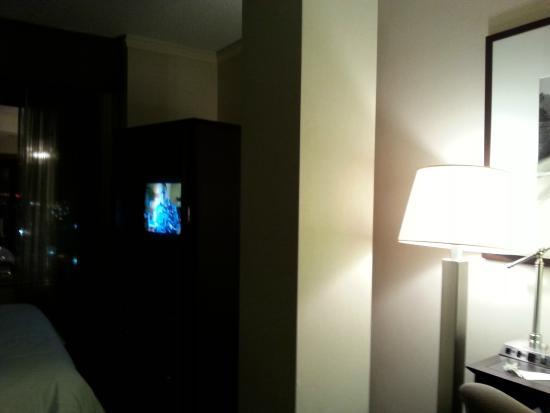 Delta Edmonton Centre Suite Hotel: Column in the middle of the room/small TV