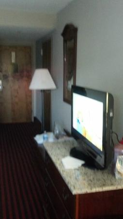 Ramada Pigeon Forge North: Nice flatscreen with cable