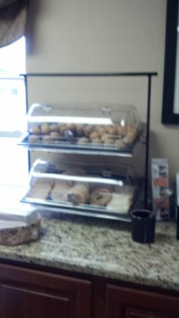 Ramada by Wyndham Pigeon Forge North: Muffins and Bagels at the breakfast buffet