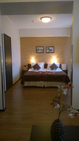 Kreutzwald Hotel Tallinn: Zen Suite and bed with rose heart