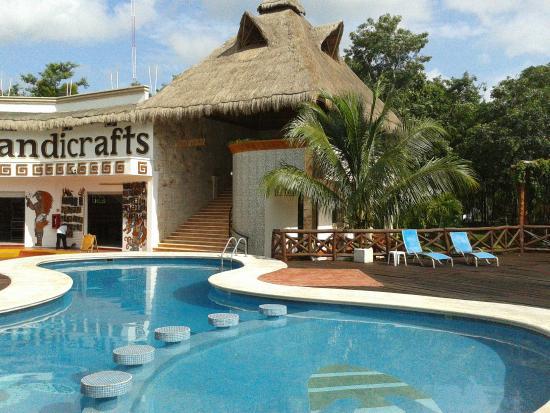 Hotel Real Mayab: Vista de piscina y escaleras de acceso hacia las habitaciones.