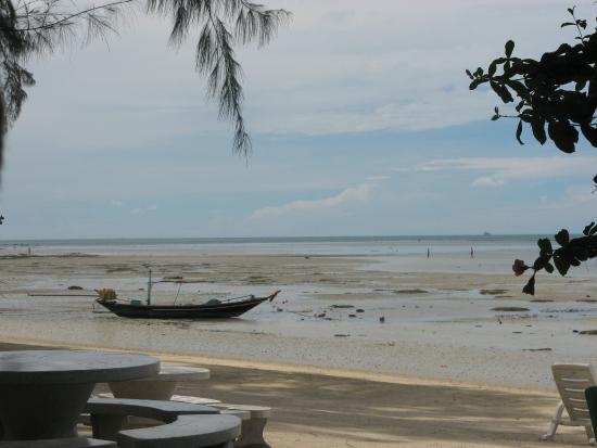 Phangan Great Bay Resort: Пляж в отлив. Как вы видите - купаться здесь сложно)