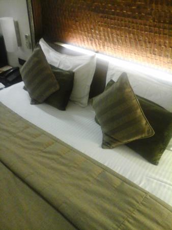 Shreyans Inn: bed
