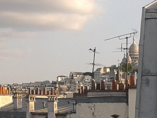 Ibis Paris Ornano Montmartre North 18th: Il Sacro cuore da lontano...