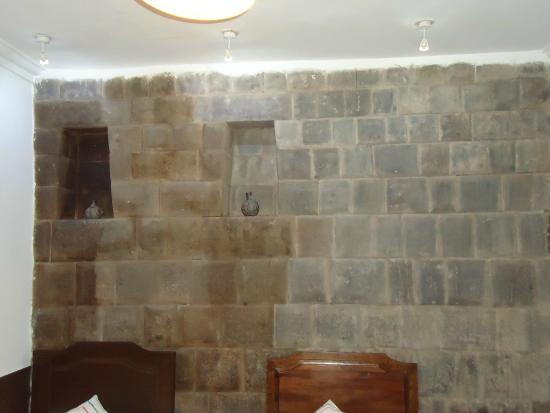 Loreto Boutique Hotel: Muralha inca dentro do hotel (recepção)