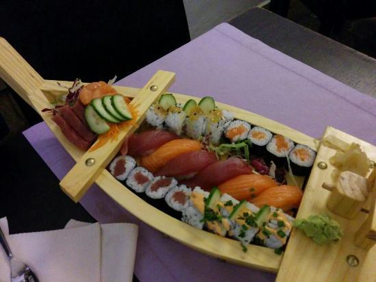 Corigliano d'Otranto, Italia: Barca mix sushi e sashimi.....uno spettacolo.