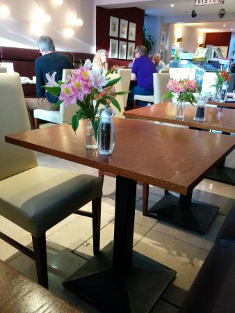 The Salisbury Hotel: Breakfast room is in the lovely onsite Bistro.