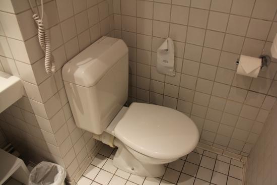 Opal'Inn : Salle de bain avec baignoire et wc