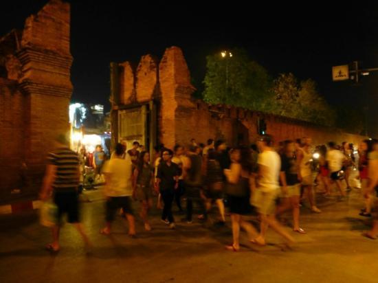 Tha Phae Gate: 旧市街側から見たターぺーゲート。日曜日の夜。