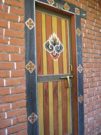 Wangdicholing Guest House: la porte de la chambre et son cadenas bhoutanais