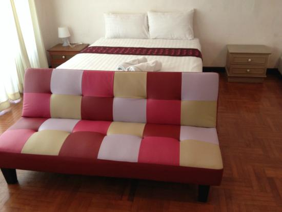 The XP Bangkok Hotel: Bed and couch