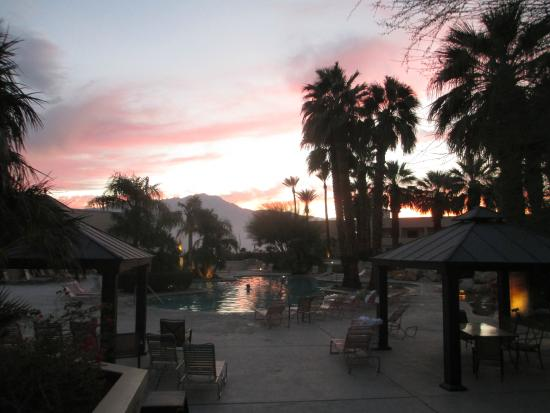 Desert Hot Springs Spa Hotel : Pool area at sunset