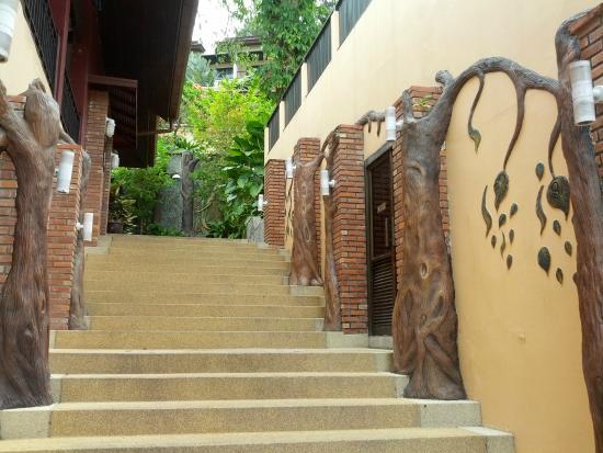 Patong Cottage Resort: Лестница от ресепшена до бассейна
