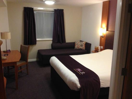 Premier Inn Shrewsbury Town Centre Hotel: A Purple Room as usual