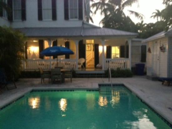 The Conch House Heritage Inn: Pool lounging and breakfast area in lush landscaping.