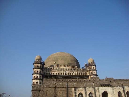 Gol Gumbaz : The Gumbaz with sky