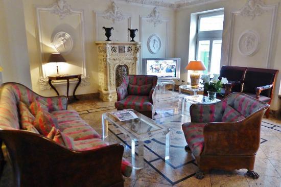 Kronenschlösschen Hotel & Restaurant: Stilbruch in der schönen Halle