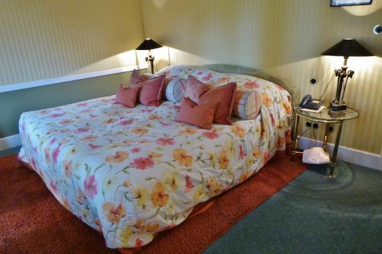 Kronenschlösschen Hotel & Restaurant: Bequeme Betten im Zimmer 25