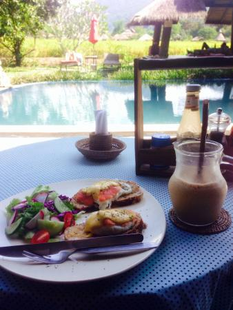 Pai Chan Cottage & Cuisine: Eggs Benedict and coffee shake for breakfast by the pool