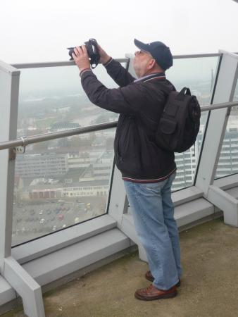 Viewing Platform SAIL City: Fotografieren über Ballustrade