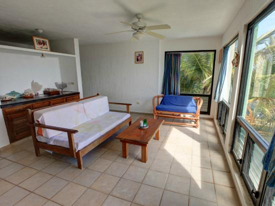 Casa de Suenos : Living room with full size day bed.