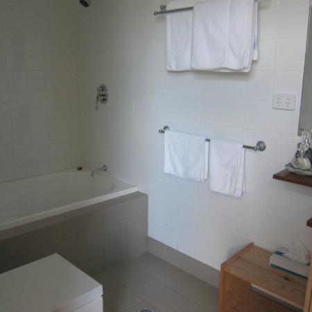 Elfin Hill: Bathroom