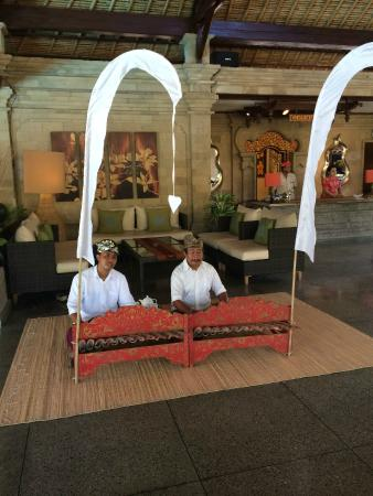 Bali Agung Village: Breakfast entertainment
