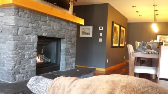 Rundle Cliffs Luxury Mountain Lodge: living room