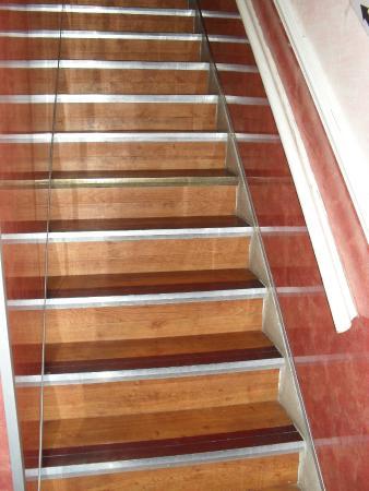 Bayswater Inn: Penitentiary Style Slippery Stairs