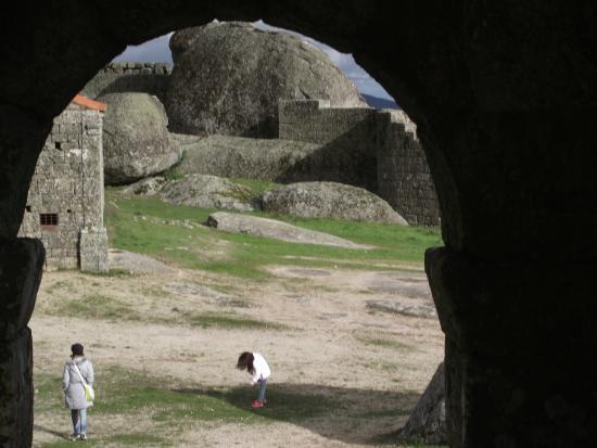 Vista do interior do Castelo de Monsanto