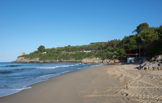 Villaggio Delle Sirene: Feinsandiger Strand der Calaca Bucht; das Feriendorf liegt rechts, direkt oberhalb vom Strand