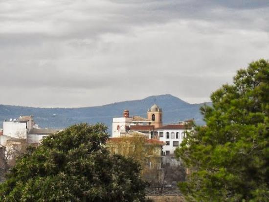 Huetor Tajar, Испания: Vista del Torreón de Huétor y el Campanario de la Iglesia desde la carretera de La Venta