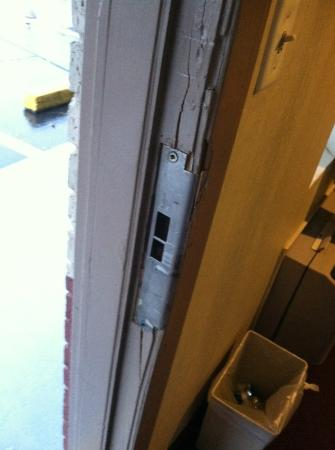 Americas Best Value Inn: Door would barely latch