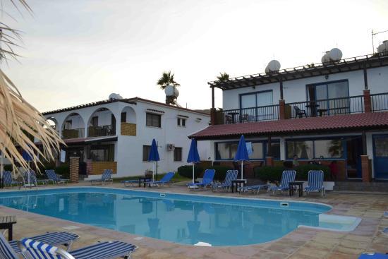 Sun Camero Beach Apartments: Отель со стороны моря