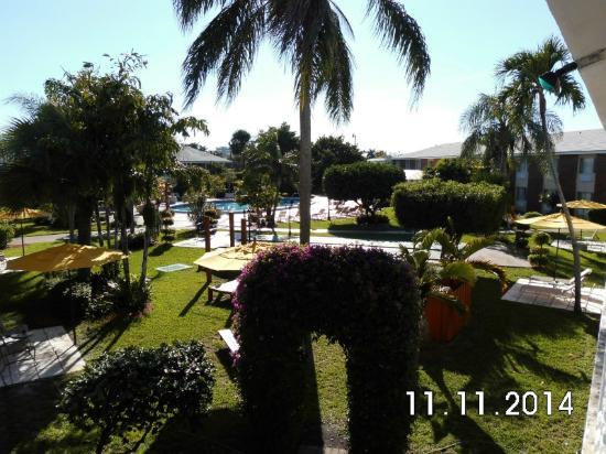 Best Western Palm Beach Lakes Inn: sehr nette Anlage mit viel grün