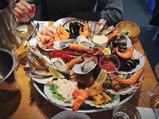 Delicious seafood platter for two picture of the seafood for Seafood bar van baerlestraat amsterdam