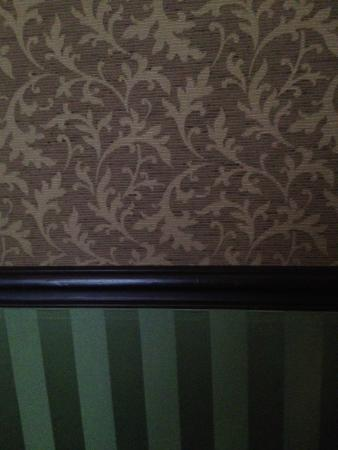 Hotel Bourg Tibourg: Period Wall decoration gives a quasi-Victorian feel