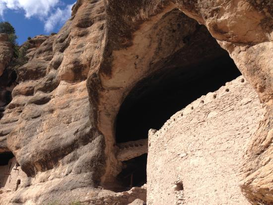 Mimbres, Nuevo México: View from outside looking up at the dwellings