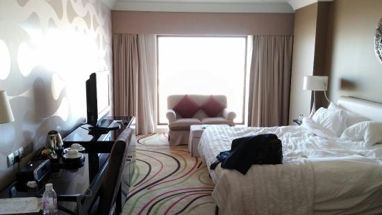 Le Meridien Jeddah: Hotel room, apologies for the untidy bed. My fault, not the hotels!
